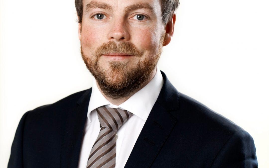 Kunnskapsminister Torbjørn Røe Isaksen besøker Grimstad bibliotek